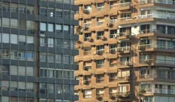 【錯覚】2つ並んだビル どっちが手前にあるかで大論争に!