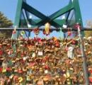 愛の証、重すぎて…恋人たちが掛けていった高速SAの「南京錠だらけの柵」撤去へ 愛媛