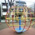 【画像】昔、公園にあった遊具って今見るとかなり危険じゃね?
