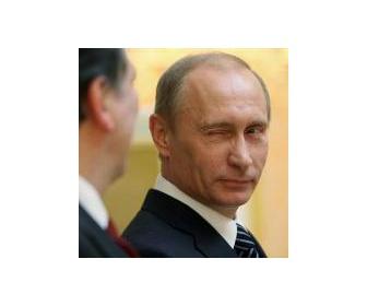 プーチン大統領、シロクマをねじ伏せ「さあ、握手の時間だ。」