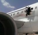 【画像有り】この穴で軽症2名 旅客機が飛行中に爆発、機体に穴が空き緊急着陸。