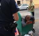 ゴミ箱に閉じ込められたマヌケな48歳のおっさんがSNSで話題に