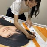 『【乃木坂46】賀喜遥香、自分の幟を持ってニコニコ♡♡♡』の画像