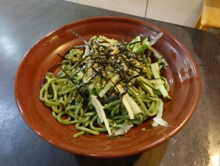 【台北・善道寺】何家大碗公涼麺 緑藻(クロレラ)が練りこまれた緑色の涼麺