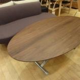 『COZYの昇降テーブルと3Pソファの組み合わせ』の画像