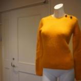 『N°21(ヌメロ ヴェントゥーノ)ビジューボタンクルーネックセーター』の画像