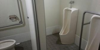 帰宅中、急激な腹痛に見舞われた。交番でトイレを借りようとしたら公衆トイレを案内されたので行ってみたんだが…