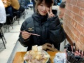 【画像】ラーメン二郎の店主が桃乃木かなにスケベ心丸出しでラーメンを出す