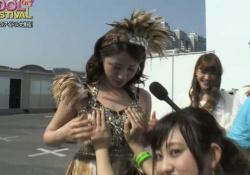 セクシー衣装を身にまとった吉川友ちゃんがスタッフにおっぱいを揉みしだかれる