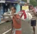 インドの病院、遺体の骨折りつるして搬送に批判殺到