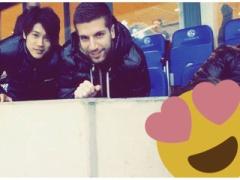 【画像】同僚のナスタシッチと試合を観戦するシャルケ内田!何気に新加入選手とか年下の面倒見いいよなww