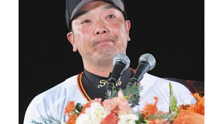 坂本勇人からの花束に涙腺決壊・・・巨人・阿部慎之助が引退セレモニー!「サイコーです!」