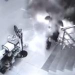 【動画】中国、建物の廊下で電動バイクを充電中、突然、発火して爆発ドカ~ン!
