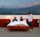 屋根も壁もない寝室で眠るホテル、スイスのアルプスに登場