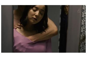 佐々木希さんおっぱい揉まれすぎて乳首が立って見えてしまう