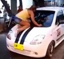 【動画】彼氏の浮気現場を発見した女性、怒り狂って車のフロントガラスを蹴り割る
