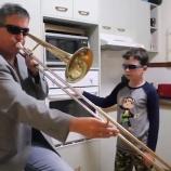 『お母さんが留守の間だけキッチンでバンドマンとなる・・父と息子、二人のシュールな演奏が世界で話題に!』の画像