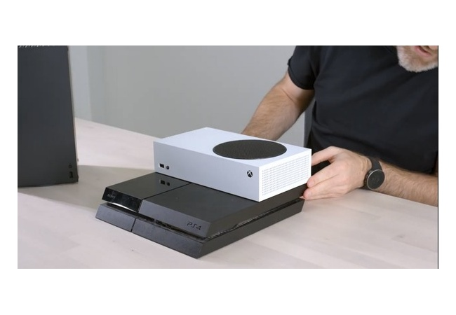 Xbox SeriesSとPS4のサイズを比較した画像