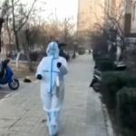 【動画】中国、防護服着て銅鑼を叩いて住民に警告!「直ちにPCR検査を受けなさい」