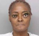 暴行罪で逮捕の女(61)が黄色の巨大なつけまつ毛でマグショットを撮影  注目が集まる