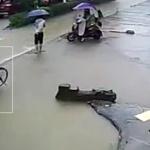 【動画】中国、冠水した道路を自転車で走る女性、浅いと思って突っ込んだらドボン!