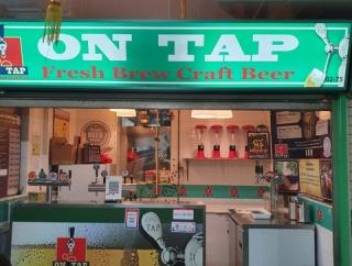 チャイナタウンのホーカーでクラフトビールを飲む