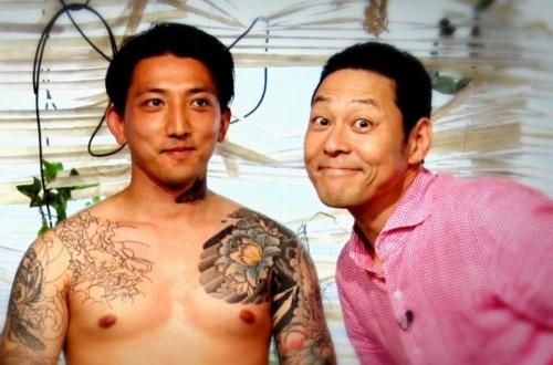 【悲報】東野幸治さん、反社会的勢力と仲睦まじくする写真が流出…のサムネイル画像