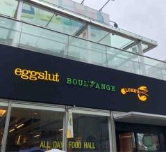 「eggslut(エッグスラット) 新宿サザンテラス店」にて エッグサンドにエッグスラット