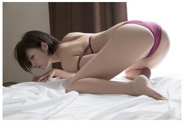 鈴木咲の尻突き出して見せるエロいマ0コ
