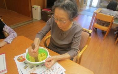 『秋満喫!サツマイモの茶巾絞りを作りました!』の画像