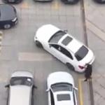 【動画】中国、駐車場で車と人が駐車場所の取り合い!どちらも譲らなかった結果がコレ!
