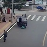 【動画】中国、2歳の男児が止めてあったオート三輪に乗り込み急発進させ、さあ大変! [海外]