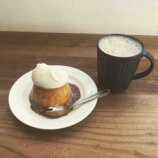 『15時からのご褒美!まめしばコーヒーの「3時のプリン」。黒糖ミルクコーヒーとご一緒に。ひとつひとつの空間を居心地よくなるよう工夫されている12席だけの小さなカフェです。』の画像