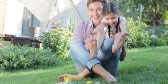 【嫁に先立たれた夫】毎年娘の誕生日に写真を撮っているんだが、14歳の誕生日に娘「お父さんの膝の上で撮ってもいい?」その理由にじんわりとくる…