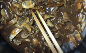 ハヤシライスの調理過程を公開