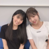 『【乃木坂46】桃子とまあやの2ショット、パンツがボロボロ・・・シャツに穴・・・』の画像