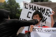 ロシアのゲイパレード参加者が殴られた瞬間がやばい