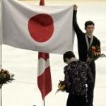 【動画】フィギュア羽生選手優勝の表彰式、日の丸を広げるカナダ選手、敬礼する羽生選手