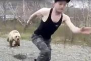 【インスタ・ショック!】バカが車から降りてクマを撫でようとして、クマに追いかけられる ロシア