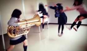 【写真】 日本の学生による チューバ楽器で 人を吹き飛ばす トリック写真が面白いぞ。  海外の反応